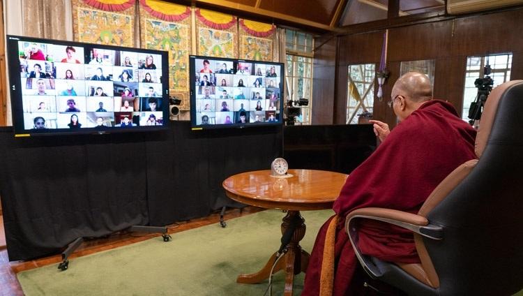 """Thánh Đức Đạt Lai Lạt Ma nói về """"Hạnh phúc và Khả năng Phục hồi"""" trong cuộc trò chuyện trực tuyến với các học sinh Trường Anh Quốc ở New Delhi từ Dinh thự của Ngài ở Dharamsala, HP, Ấn Độ vào 27 tháng 1, 2021. Ảnh của Thượng toạ Tenzin Jamphel"""