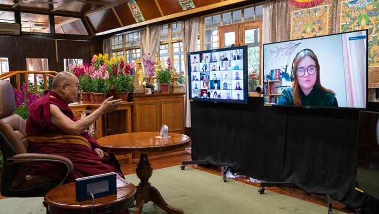 Thánh Đức Đạt Lai Lạt Ma trả lời câu hỏi của một sinh viên từ Trường Anh ở New Delhi trong cuộc trò chuyện của họ về Hạnh phúc và Khả năng phục hồi tại Dinh thự của Ngài ở Dharamsala, HP, Ấn Độ vào ngày 27 tháng 1, 2021. Ảnh của Thượng toạ Tenzin Jamphel