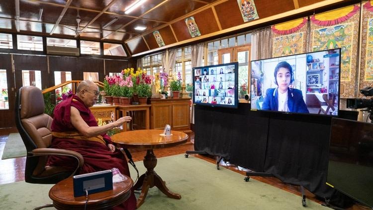 """Thánh Đức Đạt Lai Lạt Ma trả lời câu hỏi của một sinh viên trong cuộc trò chuyện của họ về """"Hạnh phúc và Khả năng phục hồi"""" tại Dinh thự của Ngài ở Dharamsala, HP, Ấn Độ vào 27 tháng 1, 2021. Ảnh của Thượng toạ Tenzin Jamphel"""
