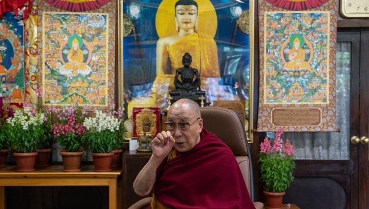 """Thánh Đức Đạt Lai Lạt Ma trả lời các câu hỏi từ khán giả trực tuyến của các học sinh từ Trường Anh Quốc ở New Delhi trong cuộc trò chuyện của họ về """"Hạnh phúc và Khả năng phục hồi"""" tại Dinh thự của Ngài ở Dharamsala, HP, Ấn Độ vào ngày 27 tháng 1, 2021. Ảnh của Thượng toạ Tenzin Jamphel"""
